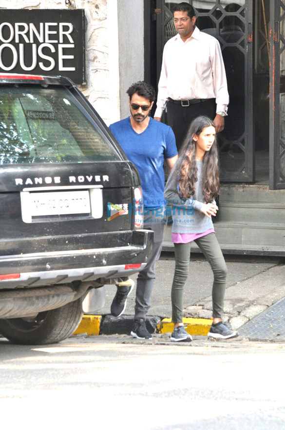 कॉर्नर हाउस में अपनी बेटी के साथ लंच के बाद नजर आए अर्जुन रामपाल