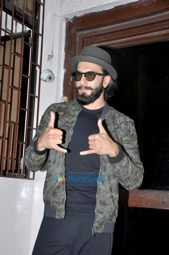 रणवीर सिंह बांद्रा में एक स्टूडियो में डबिंग के बाद आए नजर
