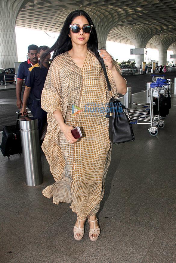 कृति सैनॉन, सुशांत सिंह राजपूत, रेखा, परिणीति चोपड़ा और श्रीदेवी एयरपोर्ट पर आईं नजर