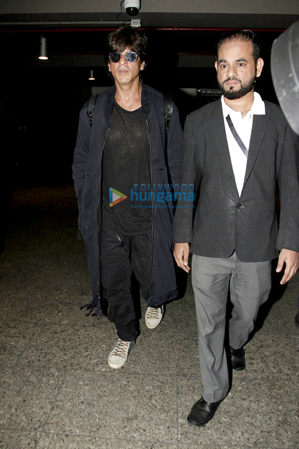 शाहरुख खान लॉस एंजिल्स से लौटते हुए आए नजर