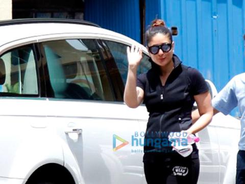 करीना कपूर खान और अमृता अरोड़ा अपने जिम के बाहर आईं नजर