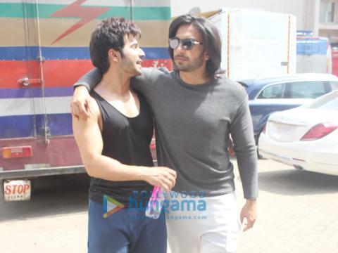 रणवीर सिंह और वरुण धवन बांद्रा में मेहबूब स्टूडियो में आए नजर