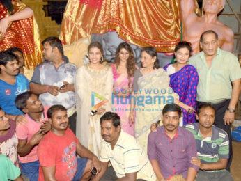 काजोल और उनका परिवार मुंबई में दुर्गा पंडल में आया नजर