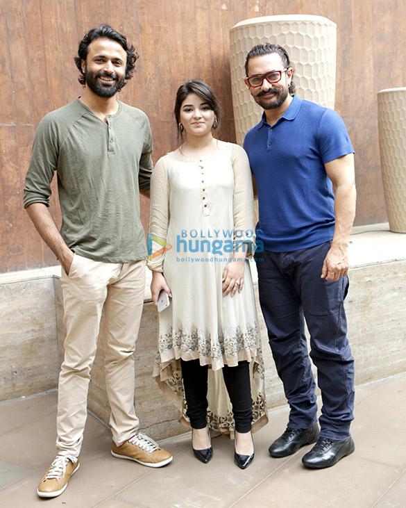 नई दिल्ली में एक फोटोशूट पर नजर आए आमिर खान और जायरा वसीम