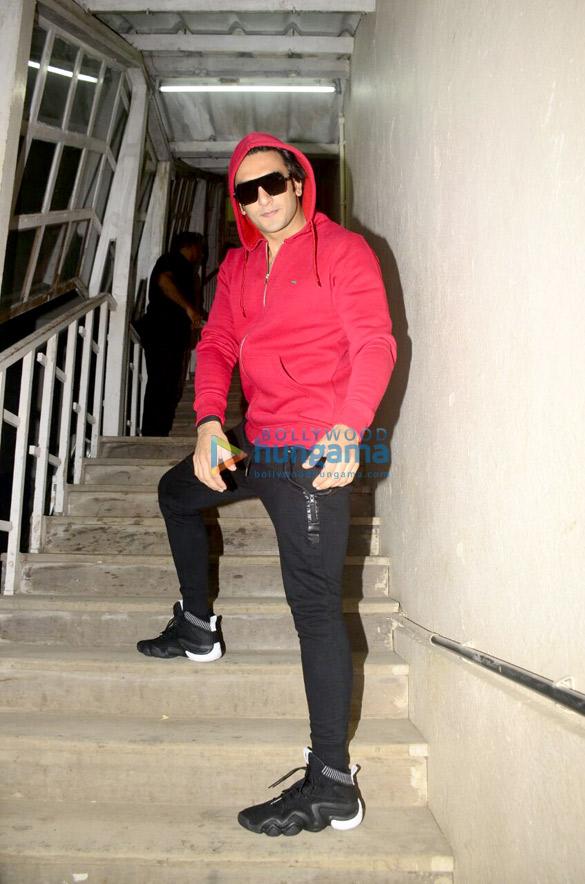 रेड हुडी में नजर आए रणवीर सिंह