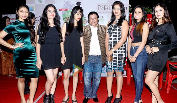 अनूप जलोटा और अन्य '7th ब्राइट परफेक्ट मिस इंडिया' की मॉड्ल्स को पेश करते हुए