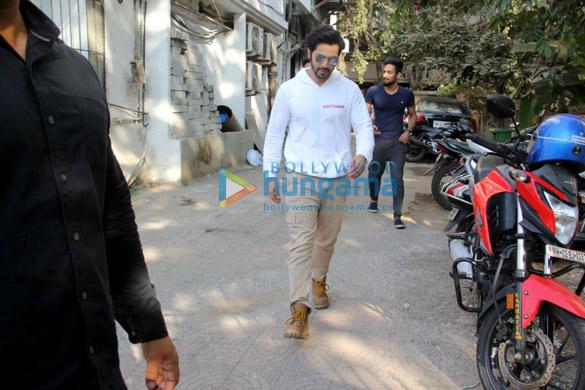वरुण धवन जुहू में शुजीत सरकार के ऑफिस के बाहर आए नजर