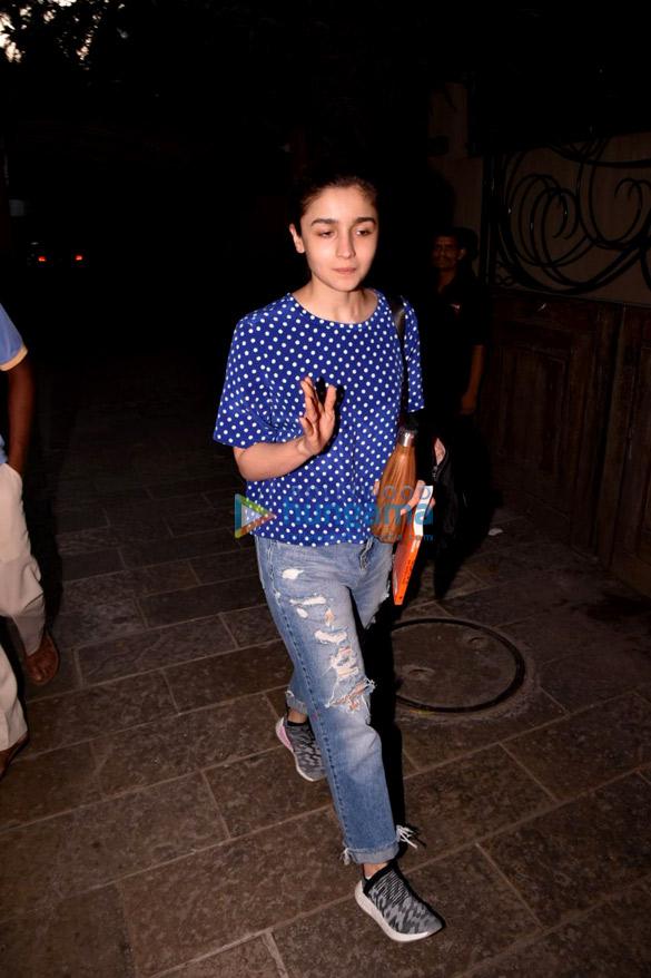 आलिया भट्ट जुहू में बीब्लंट में आईं नजर