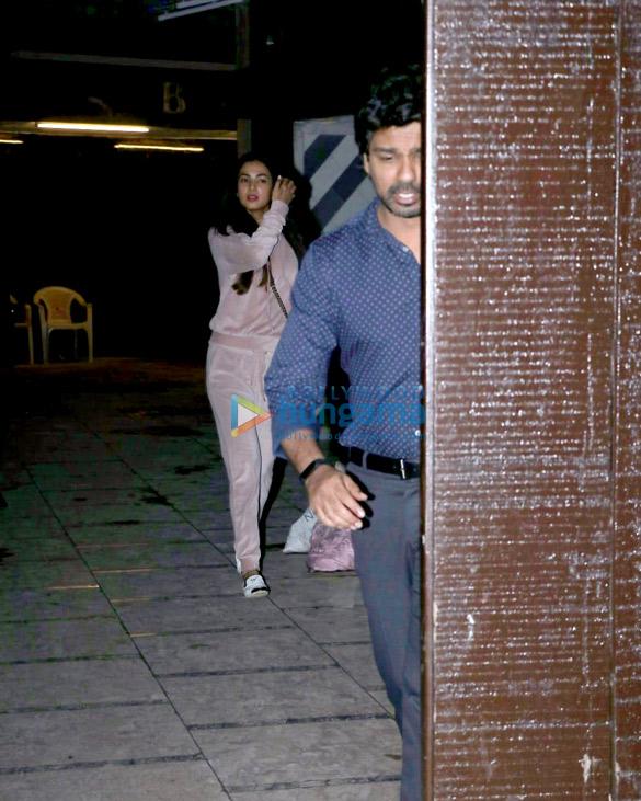 सोनल चौहान निखिल द्विवेदी के साथ उनके ऑफ़िस, जुहू में आईं नजर