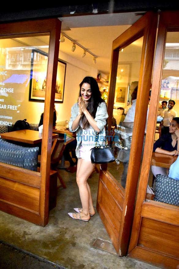 कियारा आडवाणी बांद्रा में एक कैफ़े में आईं नजर