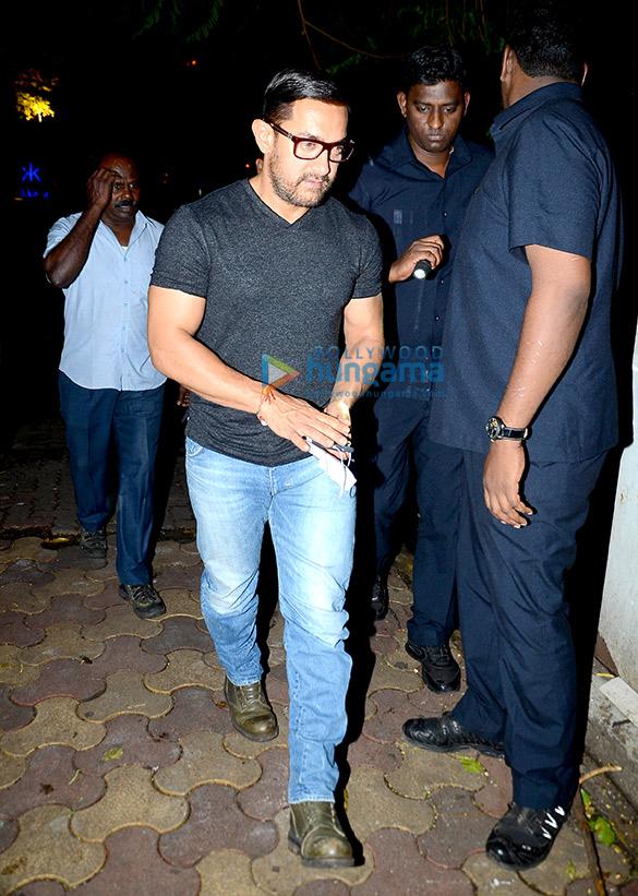 दंगल गर्ल्स के साथ खाना खाकर लौटते हुए आमिर खान