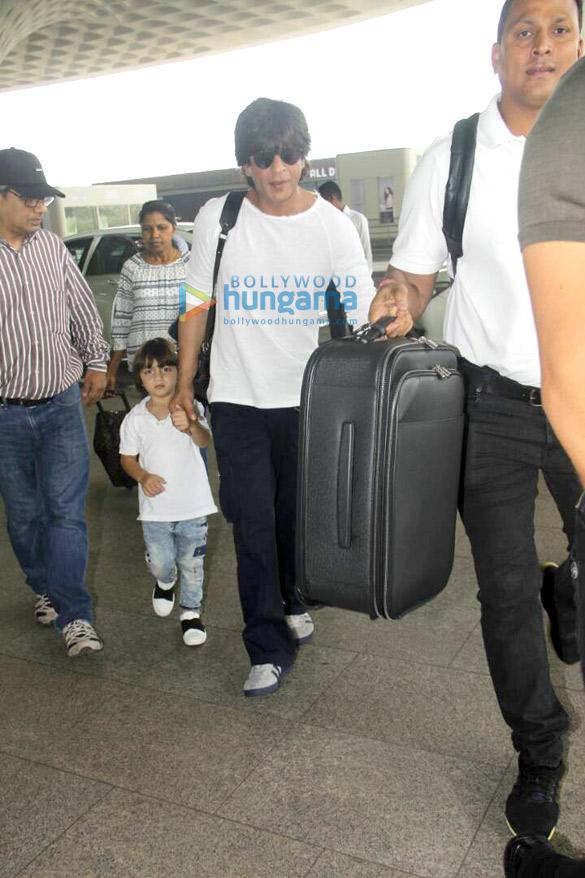 शाहरुख खान, अबराम खान और आर्यन खान हवाईअड्डे पर दोस्तों के साथ आए नजर