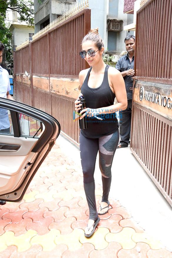 मलाइका अरोड़ा बांद्रा में अपने योग सेशन के बाद आईं नजर