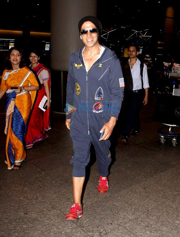 अक्षय कुमार और काजल अग्रवाल हवाई अड्डे पर आईं नजर
