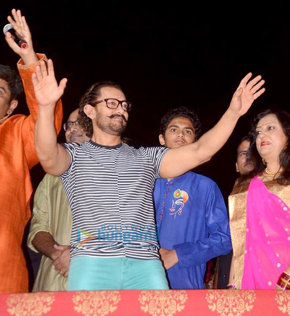 आमिर खान ने वड़ोदरा में नवरात्रि पूजा की शोभा बढ़ाई