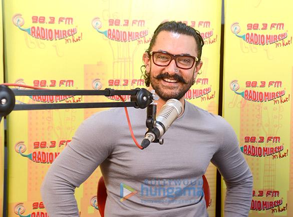 आमिर खान 98.3 एफएम रेडियो मिर्ची पर सीक्रेट सुपरस्टार को प्रमोट करते हुए नजर आए