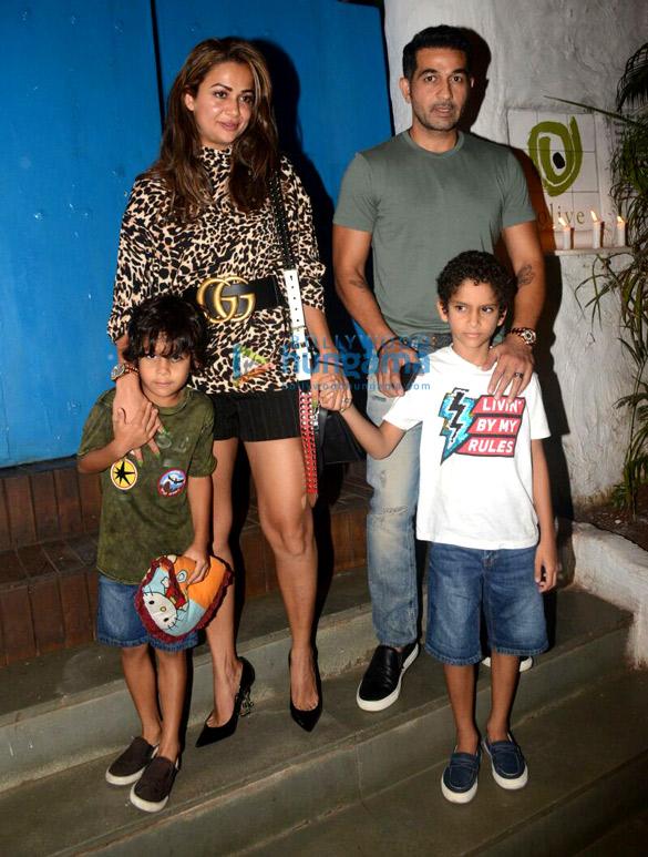 अमृता अरोड़ा अपने परिवार के साथ ओलिव, खार में आईं नजर