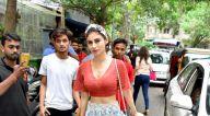 मौनी रॉय बांद्रा में एक कैफ़े के बाहर आईं नजर