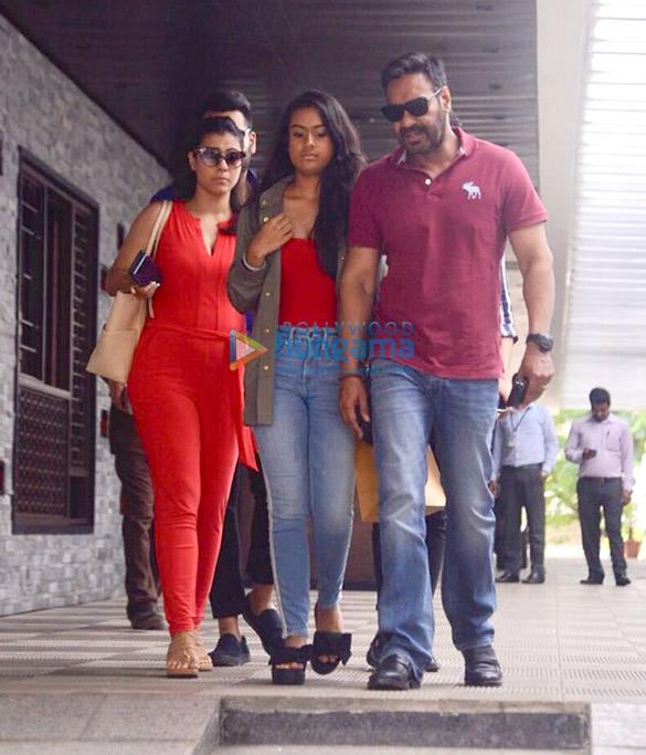 अजय देवगन, काजोल और उनकी बेटी न्यासा बांद्रा में आईं नजर