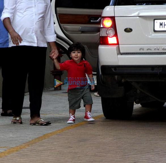 तैमुर अली खान करिश्मा कपूर के घर आए नजर