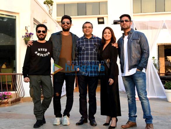 विकी कौशल, यामी गौतम और परेश रावल अपनी फ़िल्म उरी को जुहू में  प्रमोट करते हुए नजर आए