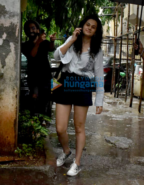photos: तापसी पन्नू और अमीषा पटेल kromakay सैलून, जुहू में नजर आईं