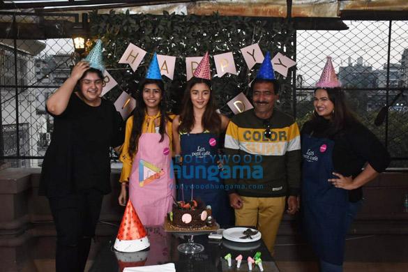 photos: आलिया भट्ट और अंशुला कपूर फ़ैन के साथ नजर आईं