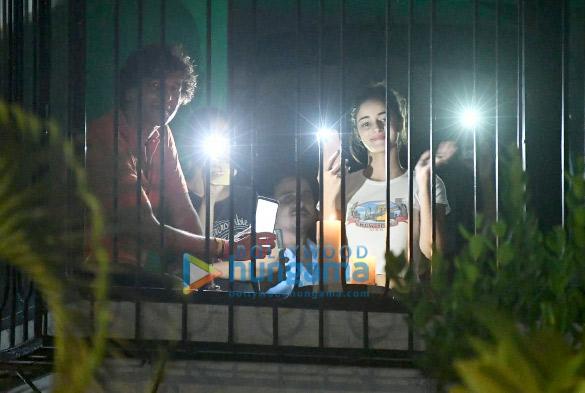 photos: अनन्या पांडे, चंकी पांडे और रकुल प्रीत सिंह ने 9 बजे 9 मिनट पर किए दीप-मोमबत्ती प्रज्जवलित