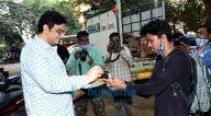 Photos: फातिमा सना शेख और मुकेश छाबड़ा वर्सोवा में नजर आए