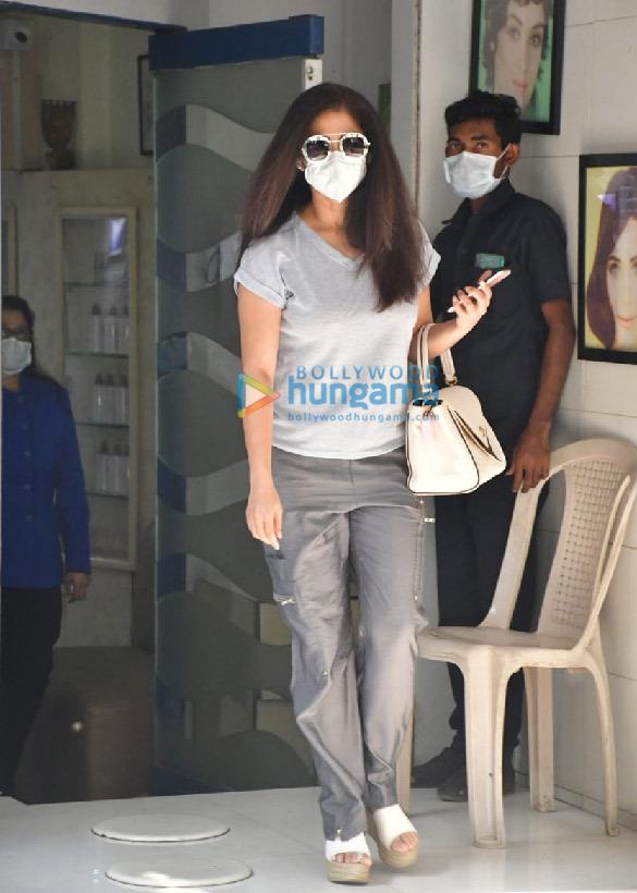 photos: उर्मिला मातोंडकर एक सैलून के बाहर नजर आईं