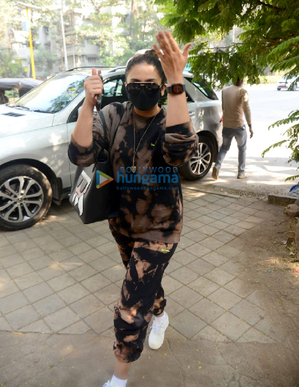 photos: हुमा कुरैशी जुहू में क्रोमके सैलॉन में नजर आईं