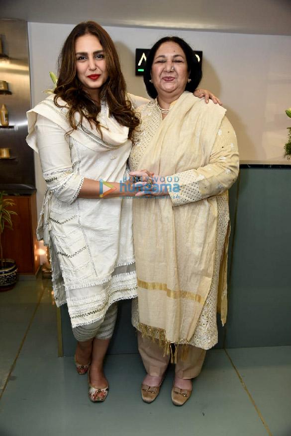 photos: हुमा कुरैशी अपनी मां अमीना कुरैशी के साथ अमीकुर सैलॉन के रिलॉन्च में नजर आईं