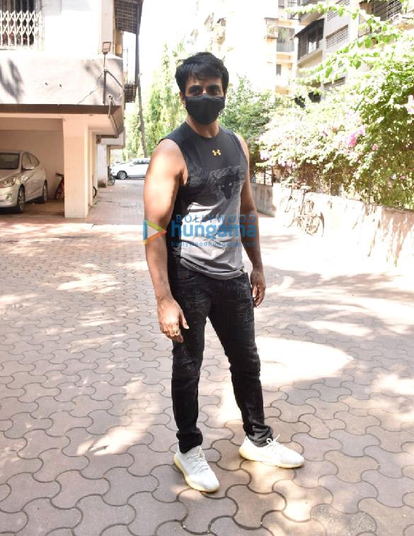 photos: सोनू सूद अपने घर के आसपास नजर आए