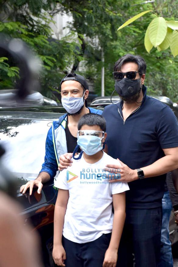 photos: अजय देवगन और युग देवगन जुहू में एक वृक्षारोपण अभियान में शामिल हुए