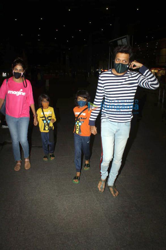 photos: रितेश देशमुख, जेनेलिया डिसूजा और तमन्ना भाटिया एयरपोर्ट पर नजर आए