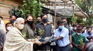 Photos: सोनाक्षी सिन्हा, शत्रुघ्न सिन्हा और पूनम सिन्हा जुहू में पौधारोपण के दौरान नजर आईं